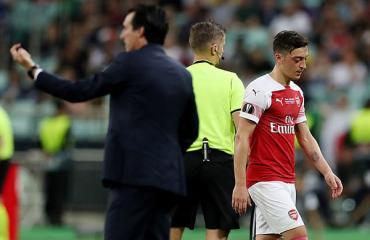 Mesut Oezil chửi thẳng mặt Unai Emery: 'Tôi thề, ông không phải một HLV'