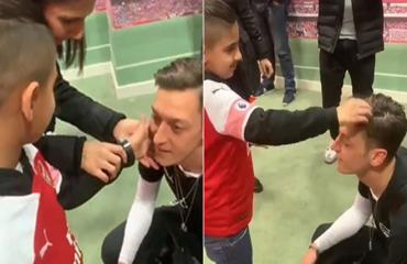 Mesut Oezil gây xúc động với hình ảnh để cậu bé mù chạm vào thần tượng