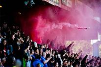 Pháo sáng và bom khói nguy hiểm thế nào trong các trận bóng đá?