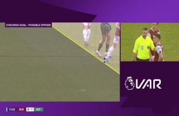 Aston Villa mất oan bàn thắng vì VAR thổi việt vị cầu thủ... chân to
