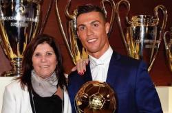 Mẹ Ronaldo: 'Mafia bóng đá đã cướp Quả bóng Vàng của con trai tôi'