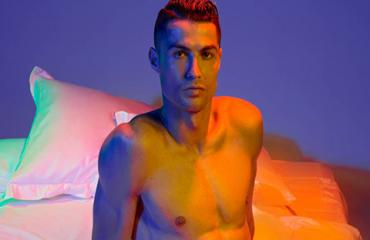 Ronaldo mặc quần lót khoe dáng táo bạo