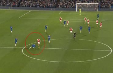 Kante tái hiện pha trượt ngã nhớ đời của Gerrard cách đây 5 năm