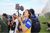 Nữ phóng viên xinh đẹp làm 'náo loạn' sân tập U23 Việt Nam