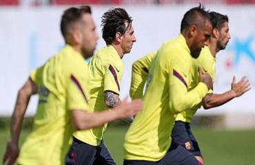 Messi cạo râu, nuôi tóc dài đi tập với Barca