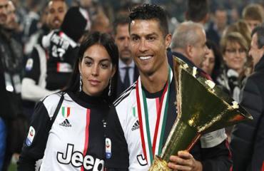 Juventus đón cúp vô địch Serie A, Ronaldo ăn mừng bên mẹ và bạn gái